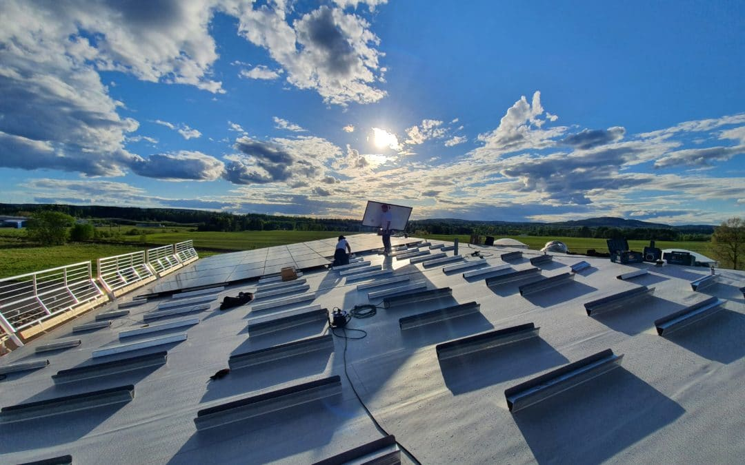 Photovoltaic roof of a factory manufacturing doctor blades for printing systems