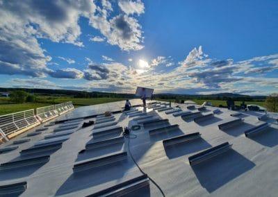Solcellstak på en fabrik som tillverkar rakelblad för tryckindustrin