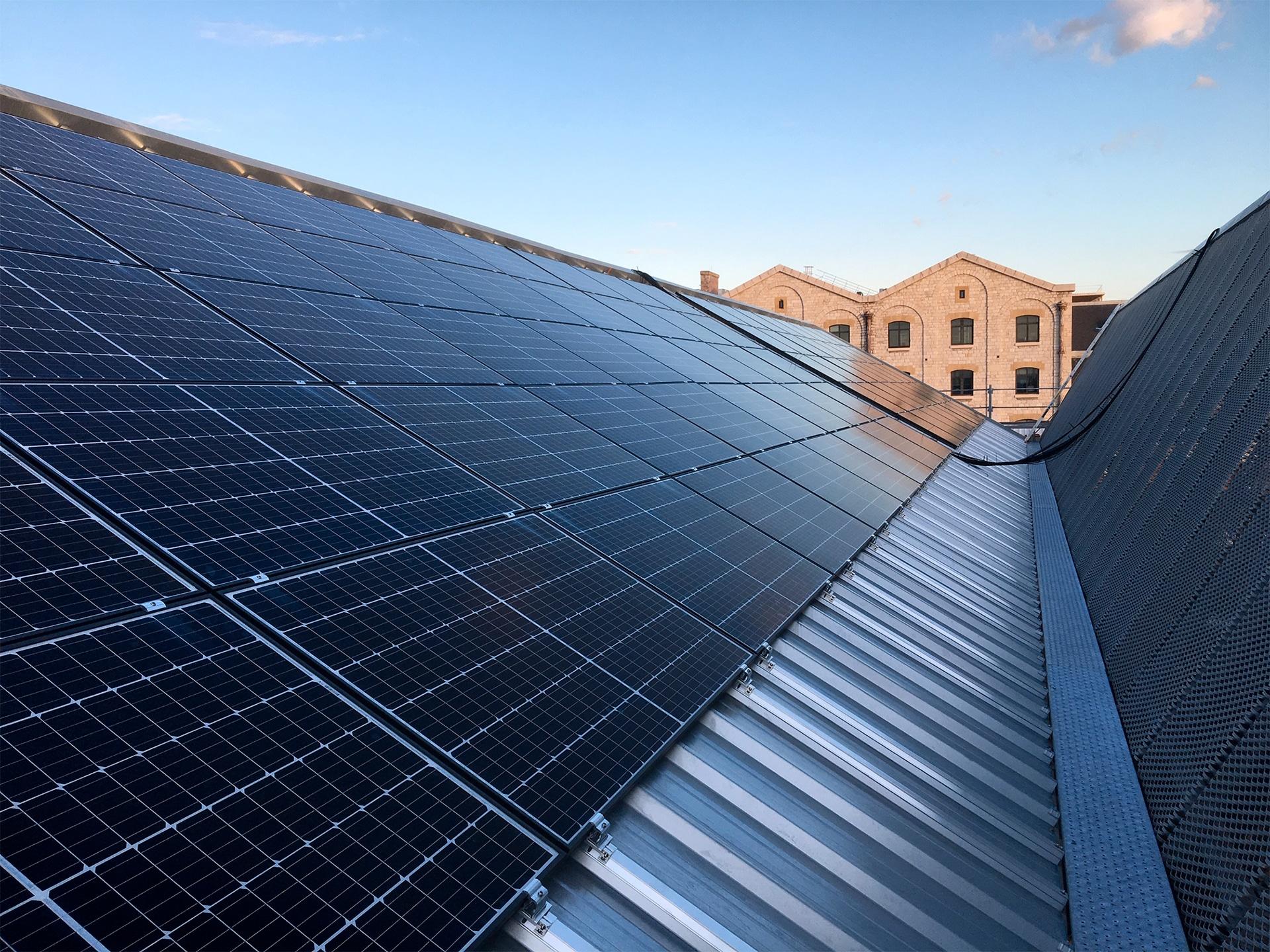 panneaux solaires sur trois types de couvertures