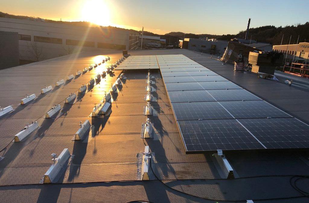 Nos fixations photovoltaïques sur la toiture d'un grossiste d'outils et de machines pour professionnels