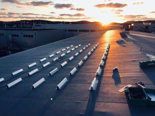 Panneaux photovoltaïques sur toit plat