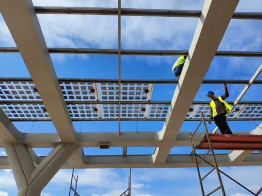 Installation-de-panneaux-photovoltaiques-sur-un-auvent