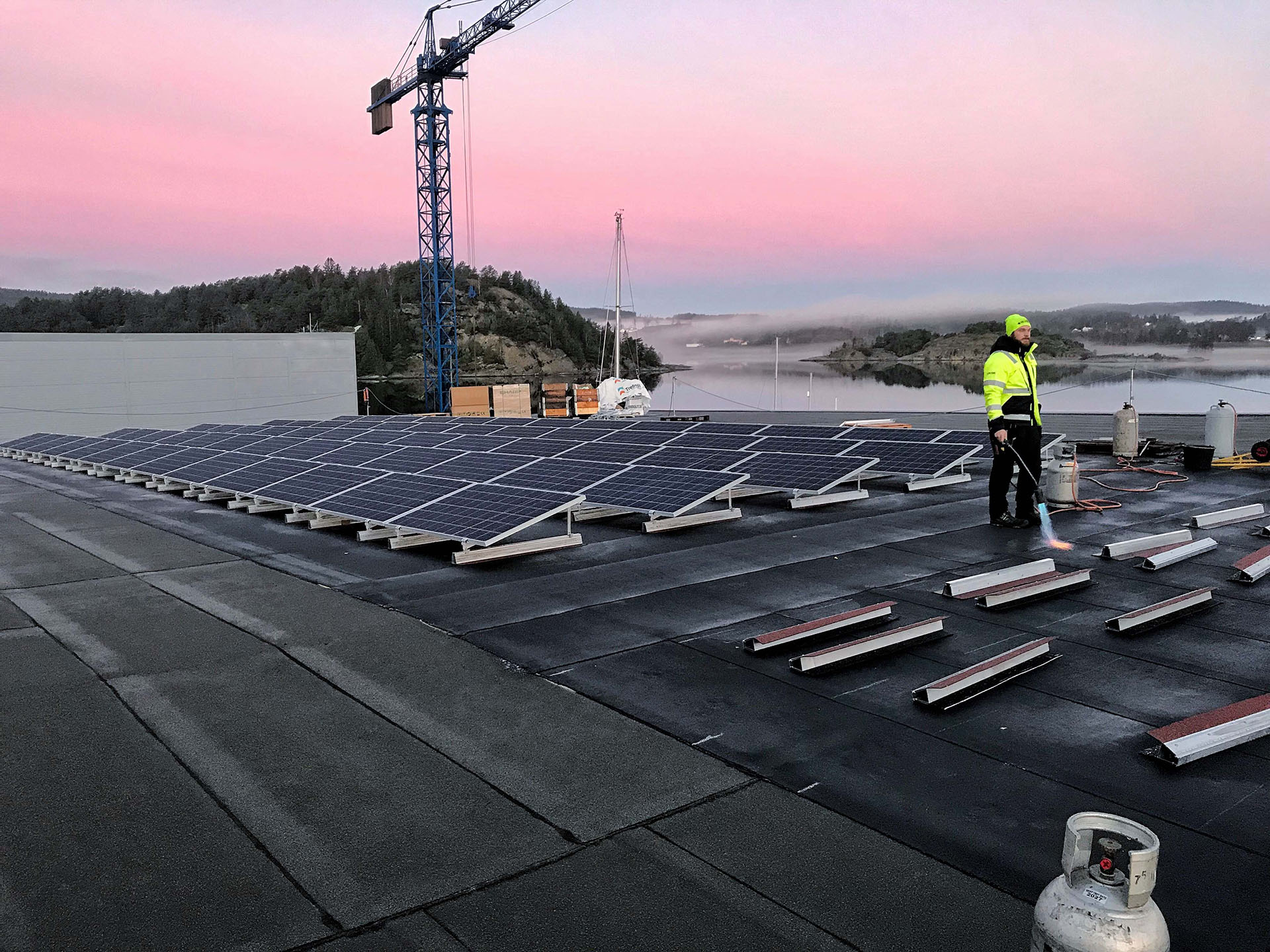 Photovoltaic-solar-panels-shipyard-Sweden-bitumen-flat-roof-no-ballast