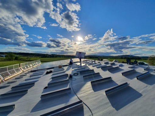 Pose de panneaux photovoltaïques sur toiture-terrasse PVC en Suède - système PV Dome Solar