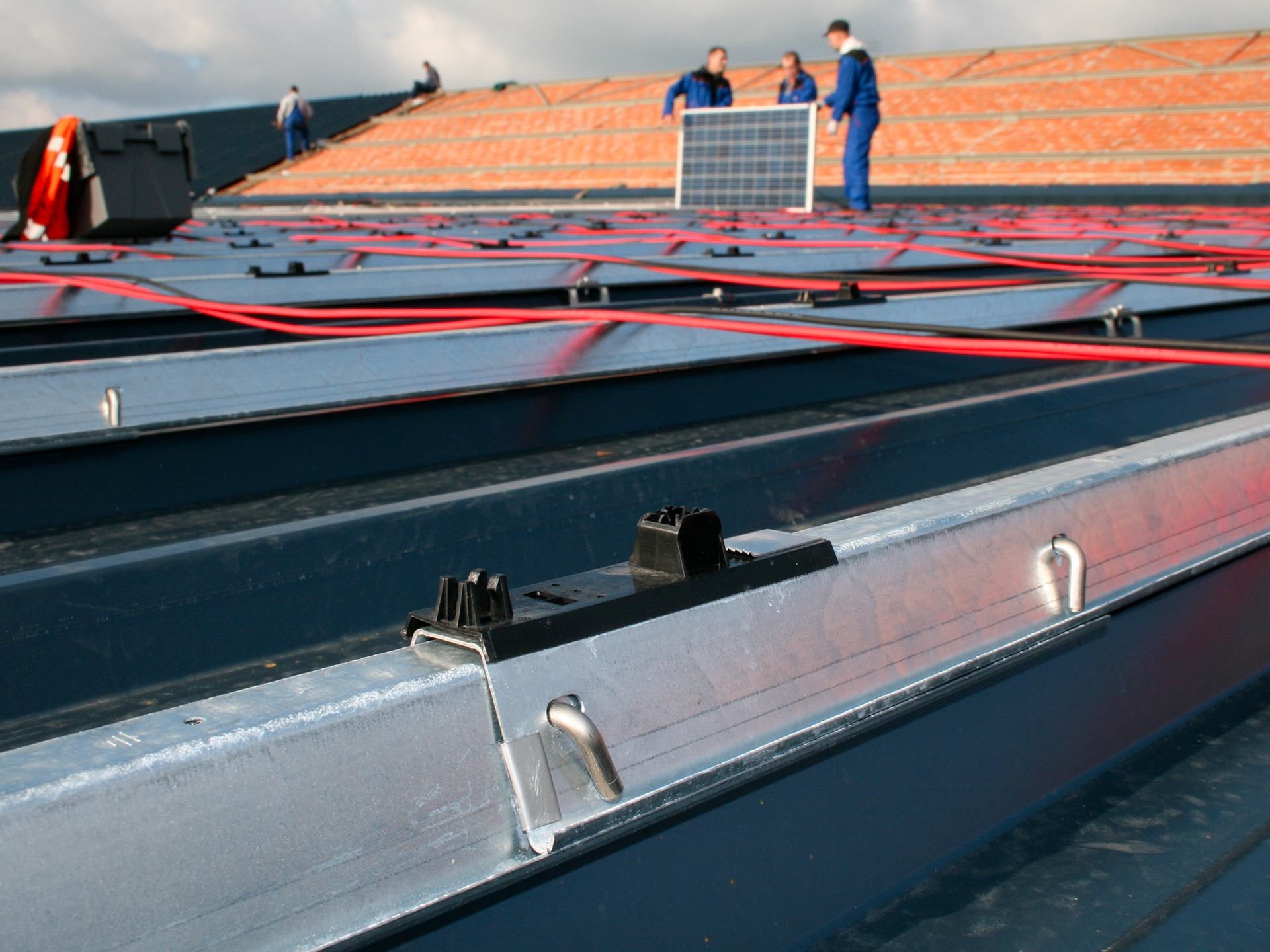 INSTALLER DES PANNEAUX photovoltaique TOITURE ToLES TRAPeZOiDALES