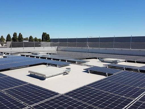 chantier-photovoltaique-sur-toiture-PVC
