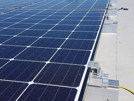 chantier-photovoltaique-sur-toiture-PVC-batiment-industriel