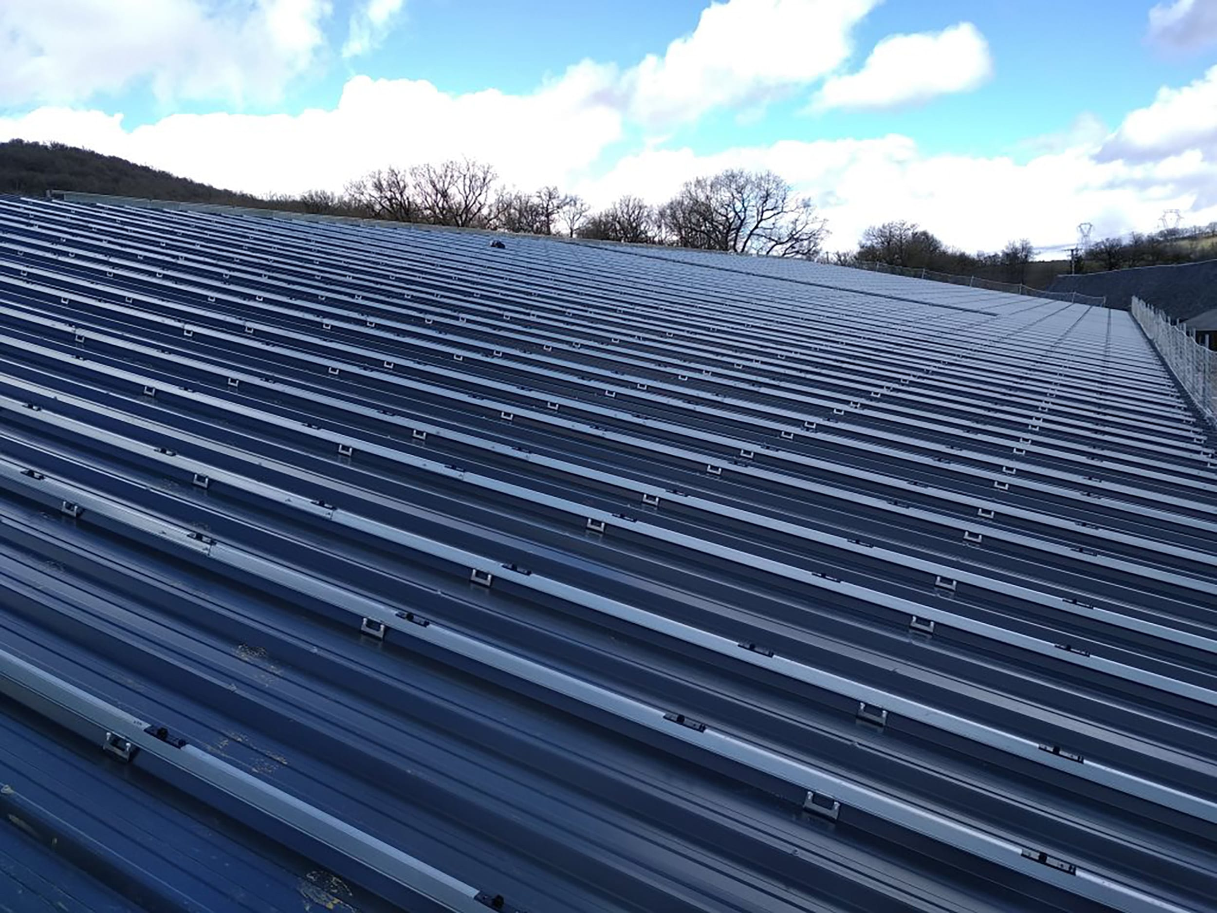 installation-toiture-photovoltaique-batiment-agricole-laveyron
