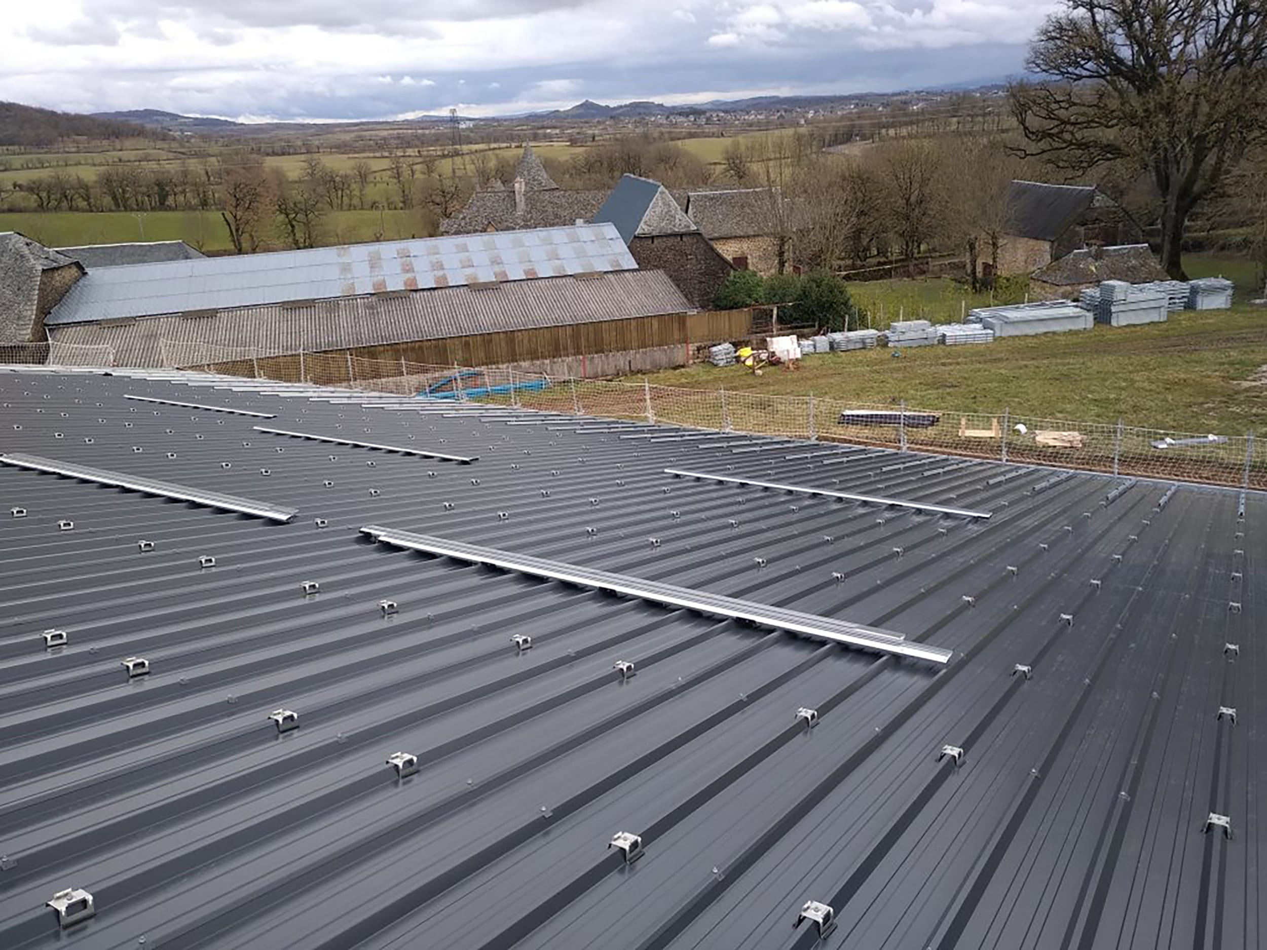 installation-toiture-photovoltaique-dun-batiment-agricole-laveyron